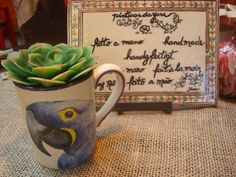 Caneca Decorativa Arara Azul. Feita a mão. Ateliê da Yara. Arte expressa em Detalhes!