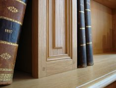 Détail de pilastres de bibliothèque sur mesure