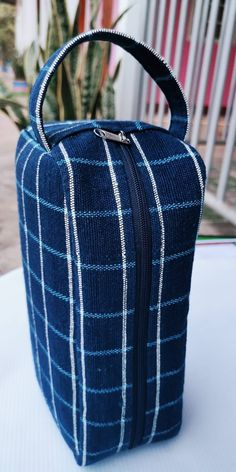 100% Baumwolle, Handarbeit, mit Reißverschluss und Handschlaufe. Indigo Blue, Bucket Bag, Bags, Fashion, Dopp Kit, Light Blue, Handarbeit, Cotton, Handbags