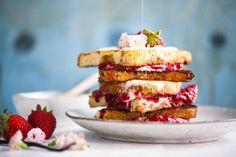 French toast with vanilla, cream cheese & berries Vanilje, Waffles, Pancakes, Vanilla Cream, Granola, French Toast, Cereal, Oatmeal, Sandwiches