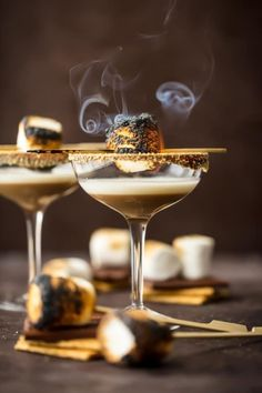 This TOASTED S'MORES MARTINI is as delicious as it is beautiful. With layers of cream, marshmallow vodka, and chocolate liqueur all you need is a graham cracker rim! This Marshmallow Vodka Martini is do fun and festive for Fall. Fall Cocktails, Christmas Cocktails, Layered Cocktails, Cocktail Garnish, Cocktail Recipes, Lemonade Cocktail, Martini Recipes, Cocktail Photography, Food Photography