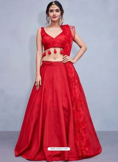 This plain red lehenga choli will get you all the attention that you desire! Stunning with all its simplicity, the red taffeta silk lehenga has minimalistic details of red tassels on the blouse and subtle flower details on the net dupatta. Plain Lehenga, Simple Lehenga Choli, Party Wear Lehenga, Silk Lehenga, Bridal Lehenga, Lengha Choli, Alia Bhatt Lehenga, Floral Lehenga, Banarsi Saree