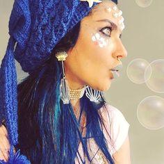 Sereia Najah Hojeije com maquiagem de sereia usando gorro de crochet com ponto escama exclusivíssimo Cauda de Sereia da yenajah. Crochet Mermaid beanie by brazilian brand yenajah, merMade in Brazil
