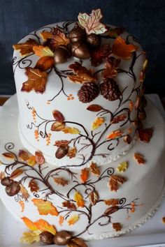 Looking at this incredibly detailed Fall inspired wedding cake. It has us dreaming of the leaves changing colors. What a better way to celebrate the changing seasons and wedding than with an incredible cake like this one. Pairs so well with the Contemporary autumn letterpress wedding invitation.