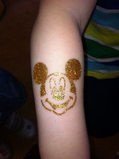 Mickey Mouse glitter tattoo by Little Lionhearts :) if only this was permanent Glitter Henna, Glitter Art, Glitter Tattoos, Custom Temporary Tattoos, Tattoos For Kids, Tattoo Stencils, Disney Tattoos, Halloween Nails, Body Painting