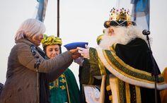 L'alcaldessa Dolors Sabater entrega al Rei Melcior la clau de totes les cases de Badalona. 2017