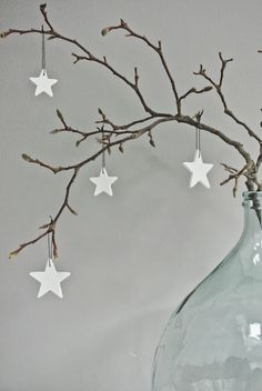 25 idees decoration de noel a faire soi meme deco-noel Noel Christmas, Winter Christmas, All Things Christmas, Christmas Crafts, Christmas Ornaments, Simple Christmas, Christmas Branches, White Ornaments, Minimalist Christmas