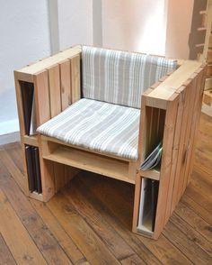 Móvel inteligente. Cadeira de pallets criativa com porta revista. Se ainda faltar espaço, encontre um aqui: https://www.cabemcasa.com.br/busca/sao-paulo-sp/espaco
