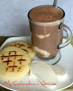 Chocolate, arepas y quesito! Had this a couple of times in Bogota and thought it was weird. A few months later, I craved it. My Colombian Recipes, Colombian Cuisine, Cuban Recipes, Hot Chocolate With Cheese, Colombian Breakfast, Columbia Food, Yummy Drinks, Yummy Food, Creme Dessert