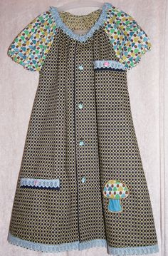En gammel stooor golfskjorte til herre + litt blonder + noen knapper + en stoffrest   =  Raglankjole med mønster konstruert etter Rundschaumetoden.  Foran har kjolen gjenbruk av lommer, knapphull og biser fra den opprinnelige golfskjorten..