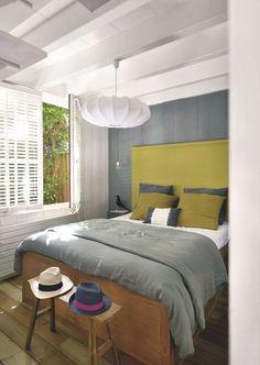 Dans la chambre parentale, les couleurs sourdes se mélangent. Plus de photos sur Côté Maison. http://petitlien.fr/7fce