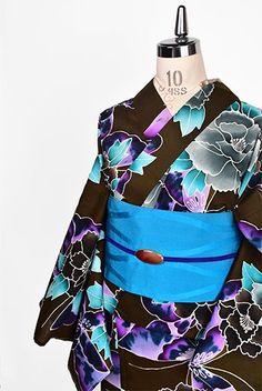 深みのあるしっとりと美しい茶の地に、茶と淡墨色の大輪の牡丹と、紫のぼかし幻想的な蝶々が染め出された注染レトロ浴衣です。