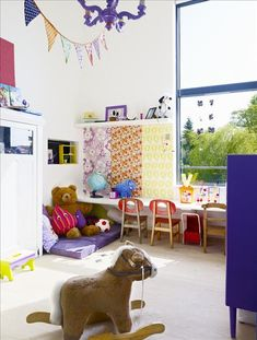 Un pan de mur pour raconter l'histoire de la famille et qui invite aussi de drôles de bêtes !      Une carte pour faire le tour du monde tout en rêvant dans un ancien lit en fer avec au pied du lit une vieille malle prête pour un départ impromptu !     Utiliser différents lés de papier peint pour égayer un mur.