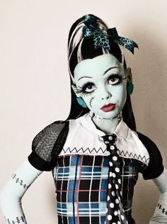 If anyone's baby sister wants to be a Monster High doll for halloween I got you Maquillage Halloween Zombie, Zombie Halloween Makeup, Looks Halloween, Fete Halloween, Scary Halloween Costumes, Halloween Horror, Halloween Cosplay, Halloween Kids, Costumes Monster High