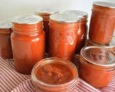 Make your own home canned pizza sauce from fresh tomatoes OR from tomatoes that were frozen during the gardening season, which will reduce cooking time. ***Do Not Add EXTRA Red Pepper Flakes**** Recipe is enough, but added extra herbs and Garlic. Roasted Tomato Sauce, Roasted Tomatoes, Can Pizza, Canning Salsa, Canning Pizza Sauce, Salsa Picante, Tomato Chutney, Homemade Pickles, Recipes