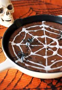 Happy (almost) Halloween! You are seriously going to looove these super moist chocolate chip skillet brownies! They have the same great taste as your favorite chocolate brownies, but without any flou Diet Coke Brownies, Healthy Desserts, Dessert Recipes, Party Desserts, Healthy Treats, Drink Recipes, Healthy Food, Healthy Recipes, Homemade Kind Bars