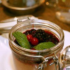 Wer Schokomousse mag wird Tobleronemousse im Glas mit Früchten lieben  Wir hatten dieses cremige Dessert in der Ferl's Weinstube! Bericht gibt's im Blog!  You like #chocolatemousse? You will love the mousse with #toblerone! #ferlsweinstube #karlipichlmaier #wirtshaus #dessert #schokomousse #früchte #foodgasm #foodpic #instafood #foodies #foodie #foodshot #foodstagram #instafood #photooftheday #picoftheday #testesser #graz #steiermark #austria #igersgraz