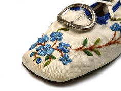 Shoe-Icons / Shoes / Lady's canvas pumps with very high back lacing through seven metal eyelets. Decorated with embroidery. Low knock on heel. 1860-65