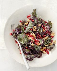 Raw Kale Salad with Pomegranate and Toasted Walnuts Detox Cred: Pile your plate with healthy dark leafy greens. Kale, which boasts a cool 45 flavonoids (plant pigments that promote antioxidant activity in the body) Walnut Recipes, Raw Food Recipes, Salad Recipes, Healthy Recipes, Food Tips, Healthy Foods, Yummy Recipes, Healthy Life, Vegetarian Recipes