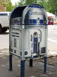 R2D2 mailbox. way cool! I had this idea!