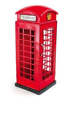 """Das Original in Kleinformat für die heimische Vitrine. Wer kennt sie nicht? Die roten Telefonzellen aus England. Diese besticht durch detailgetreue Handarbeit. Eine goldene Krone ziert die Eingangstür und sogar ein Lüftungsschlitz auf der Rückseite wurde angebracht. Durch die Gitter kann man hindurchfassen, auch diese sind handgearbeitet. Als extra Erkennung dienen die beiden angebrachten Schilder auf denen """"Telephone"""" steht. ca. 11 x 11 x 28 cm"""