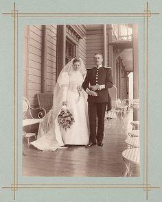 Hääpari Villa Marjaniemen verannalla Ruissalossa vuonna 1896.   Kuvaaja: tuntematon Turun museokeskuksen valokuva-arkisto