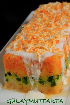 Potato layered potato salad 1 layer with potatoes and parsley 1 layer with carrots and potatoes new line topped with mayonnaise dressing for a beautiful presentation. Appetizer Salads, Appetizer Recipes, Turkish Salad, Salad Cake, Carrots And Potatoes, Salty Foods, Food Decoration, Turkish Recipes, Sweet Cakes