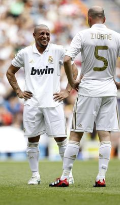 Roberto Carlos e Zidane│Real Madrid. Club Football, Real Madrid Football Club, Football Icon, Best Football Players, Football Is Life, World Football, Sport Football, Soccer Players, Real Madrid Club