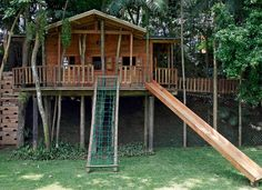 Feita de madeira ecologicamente correta, a casinha ocupa os fundos do jardim e está integrada à vegetação da Chácara Flora (Foto: Evelyn Müller)