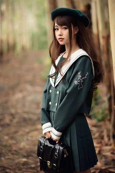 """""""この有りそうで無さそうなデザインの制服を見て頂きたいのですが……「日本の女子高生」が大流行している中国では、ファッションのジャンルとして「JK系」というカテゴリーが確立されているんです。これらはJKブランドが販売しているオリジナル制服。こんな美少女が本当に街を歩いてるから侮れない"""""""
