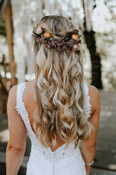 Bride Hairstyles Gorgeous loose curls pinned together with a beautiful floral headpiece to create a natural bridal look.Bride Hairstyles Gorgeous loose curls pinned together with a beautiful floral headpiece to create a natural bridal look. Elegant Wedding Hair, Wedding Hair Down, Wedding Hair Flowers, Wedding Hair And Makeup, Flowers In Hair, Fall Flowers, Relaxed Wedding, Rustic Wedding, Wedding Updo