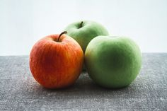toxins are all around us while its need detoxification system.It needs to know how to help your body detox naturally.There are 10 foods that detox your body Apple Fruit, Red Apple, Best Foods For Constipation, Relieve Constipation, Pan Comido, Make Apple Cider Vinegar, Apple Picture, Program Diet, Healthy Snacks