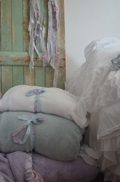 Soft blankets, ruffles galore, pretty lace edged pillow cases ~ <3