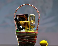 Cos cadou Paste 2013 CB01  Cos color primavara 15 cm Biscuiti organici, Campbells, Shortbreads, Scotia, 80g Ciocolata fina Schogetten, Germania, 100 g Vin Feteasca Neagra, Beciul Domnesc, eticheta festiva de Paste, Vincon Vrancea, 187 ml Iepuras de ciocolata, Friedel, 70 g Suport sticla cu lumanare parfumata Decor Paste  Pret: 39 lei + TVA  http://www.corporatebaskets.ro/Cadouri-Paste/Cos-cadou-CB01/flypage.tp-ecommerce.tpl/id-meniu-81.html