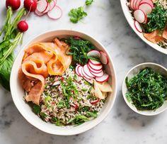 Japanse recepten staan natuurlijk bekend om het gebruik van vis en rijst. Daar zijn we bij Lassie ook een groot fan van! Hier hebben we dan ook een spetterend recept voor een heerlijke rijstsalade met zalm. Zeewier en sushigember mogen daar natuurlijk niet bij ontbreken. Makkelijk, gezond én lekker in een handomdraai! Dit Japanse recept maak je met Lassie Toverrijst. Ga voor inspiratie en meer salade recepten naar lassie.nl!#opjebord#rijstmetzalm#japansrecept Paella, Hummus, Ramen, Risotto, Delish, Salads, Japanese, Ethnic Recipes, Food