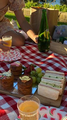 Picnic Date Food, Beach Picnic Foods, Picnic Ideas, Picnic Birthday, Date Recipes, Good Food, Yummy Food, Cafe Food, Aesthetic Food