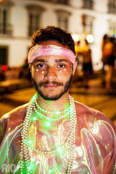 A fantasia à noite ganha outra proposta! A boa é colocar luzes e leds pelo corpo e sair bilhando por aí.