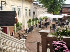 Näin romanttiset näkymät avautuvat Taitokorttelin pihalle Kauppaneuvoksen Kahvilan terassilta, Joensuussa.