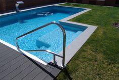 Piscina de FERRÓN®PISCINAS. Piscina rectangular con escalera de acceso, nado contracorriente, cascada y climatizada.  La cubierta es de lamas automática.