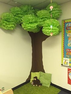 Excellent Photos preschool classroom tree Suggestions Are you currently a completely new teacher who's going to be wondering exactly how to arrange a new preschool classro Classroom Tree, Classroom Displays, Classroom Decor, Garden Theme Classroom, Jungle Theme Classroom, Paper Mache Tree, Decoration Creche, Class Decoration Ideas, Preschool Decorations