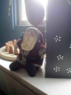 Nuevas apariciones se dieron lugar en estas fechas. Circunvalación se alojó cerca de la caja de té.     En tanto nuestro viejo conocido Pino lució nuevo árbol en el reciente reinaugurado estudio, siempre a tono con la decoración del espacio.