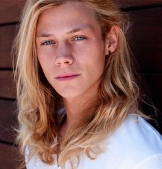 Bild via We Heart It #awesome #blondhair #blueeyes #hotguy #model #longhairedboy #likeagod #simbalombardi