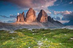 Quando la #montagna tocca le #nuvole…questa foto delle 3 Cime Di Lavaredo è il modo migliore di iniziare la #settimana! Ph credits: Tuttogreen.it