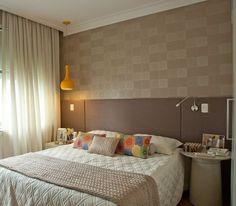 Selecionamos 20 quartos de casal nos quais os papéis de parede fizeram toda a diferença. Navegue por eles e se inspire