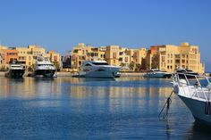 El Gouna - a tourist town on the coast of the Red Sea. All hotels are located on islands and connected by bridges. Developed such sports: kite surfing, windsurfing, sailing, diving, fishing and water skiing. All the important buildings in the city built by architects from around the world. The city has a golf club, 4 sandy beach, 10 diving centers, 5 points kite surfing, tennis school, tank, stables, go-karting, sailing, paintball, a historical museum and architectural structure breath of…