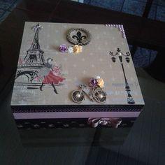 Caixa para biju. .. Decoupage Vintage, Decoupage Box, Paris Crafts, Creative Box, Craft Stickers, Pretty Box, Altered Boxes, Wedding Boxes, Vintage Box