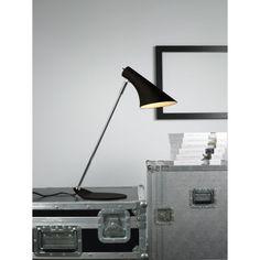 Lampa stołowa Vanila, jest wdzięcznym elementem oświetlenia i wyposażenia wnętrza. Lampa osadzona jest na stylowej metalowej podstawie, co tworzy wyjątkowy wygląd. Ruchome ramię klosza pozwala dostosować światło do Naszych potrzeb. Lampa świetnie spisuje się jako biurkowa w biurze i gabinecie.