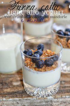 Panna cotta light allo yogurt con crumble freddo alle mandorle e mirtilli