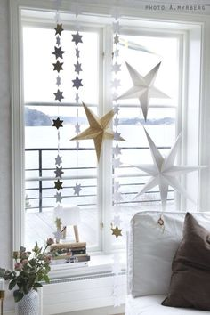 Paper star Christmas decor in a Swedish home. Christmas Feeling, Noel Christmas, Modern Christmas, Scandinavian Christmas, White Christmas, Christmas Decor, Christmas Ideas, Christmas Interiors, Creation Deco