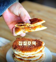 쫄깃쫄깃한 찹쌀호떡 만들기(호떡믹스없이 반죽만들기) 좋은 아침입니다. 날씨가 역시나 칼바람이 불고 나... Korean Dessert, Light Recipes, Korean Food, Bakery, Food And Drink, Bread, Meals, Breakfast, Desserts